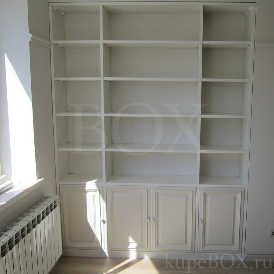 Встроенный книжный шкаф из крашеного мдф.