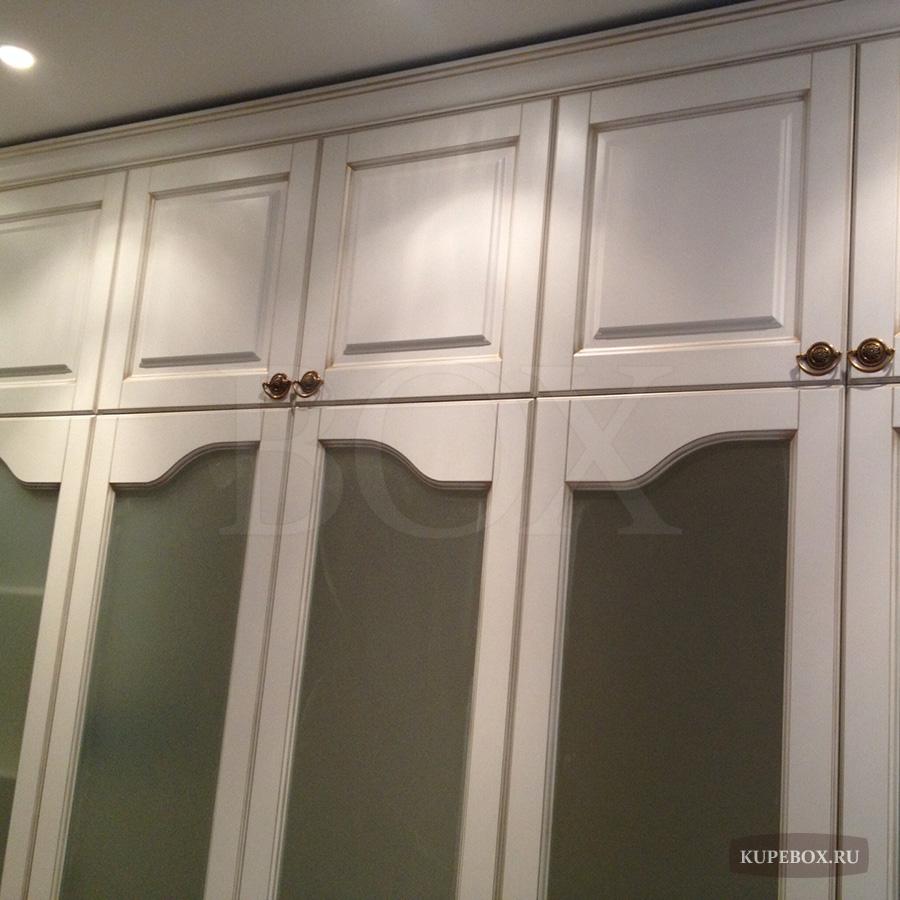 Белый встроенный распашной шкаф в спальню.