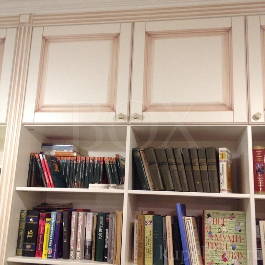Шкаф в прихожую в классическом стиле.