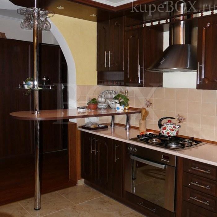 Стильная кухня цвета махагон с барной стойкой