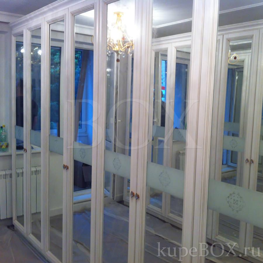 Гардеробная комната с зеркальными дверьми в классическом сти.