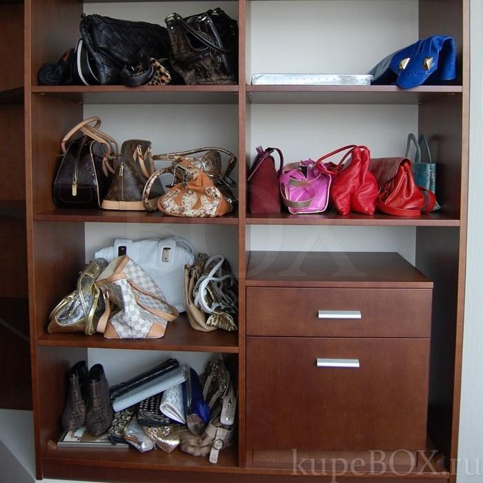 Определите место в доме для хранения сумок.  Лучше всего хранить сумки в...