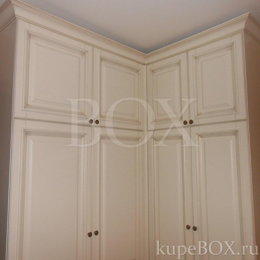 Встроенные и корпусные модели распашных шкафов.