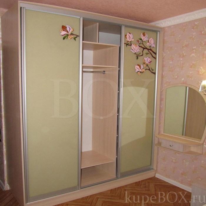 Интерьер спальни со шкафом